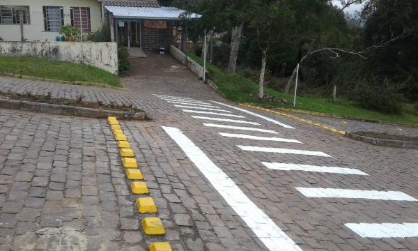 Redutor de Velocidade é instalado em frente à Escola Municipal De Educação Infantil Be...