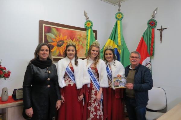 Prefeito recebe visita da Garota e Princesas de Dona Francisca