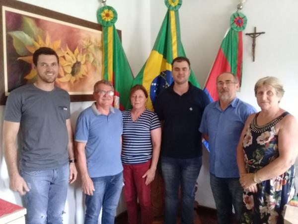 Jonas prefeito Binotto secretária Marinês secretários Jordano e Jair e secretára Luci