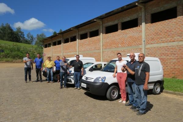 Entrega de veículos à Coopivorá foi feita na segunda-feira, 18, pelo prefeito, Ademar Binotto e secretários municipais.