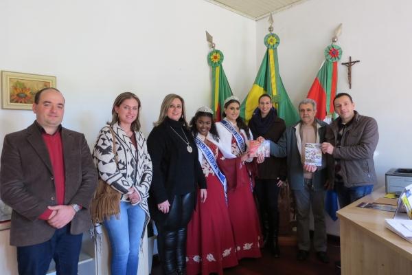 Administração Municipal recebe comitivas festivas