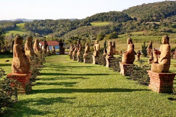 Caminho para Jardim das Esculturas passa por Ivorá