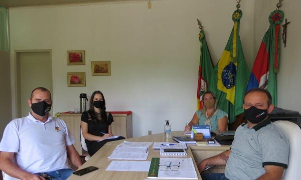 Prefeito Saulo Piccinin recebe patrão do CTG Centelha do Imigrante